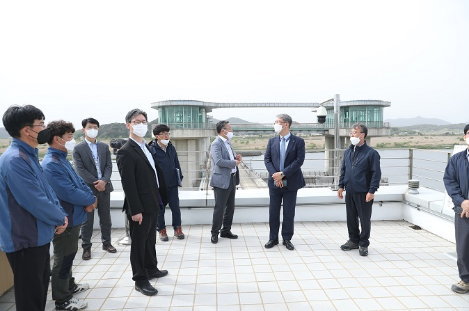CEO visits the Juksan Weir